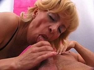 Inbreker dwingt oma zijn lul te zuigen