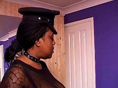 Zwarte meesteres met enorme tieten