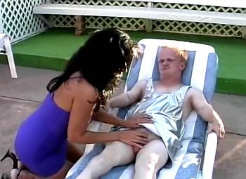 Midget laat zijn snikkel masseren