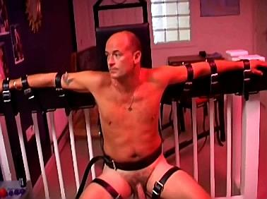 Vast gebonden slaafje wacht angstig af