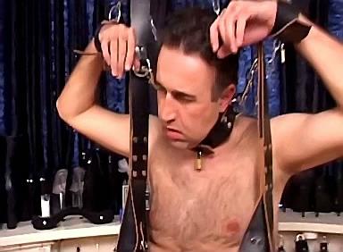 Wrede domina bind slaaf zijn ballen strak af