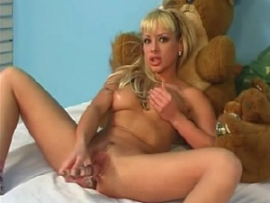 Sexy tiener meisje met doorzichtige dildo in haar punani