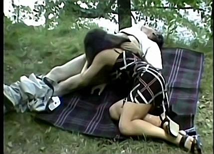 Vader dwingt dochter zijn geaderde piemel te pijpen tijdens boswandeling