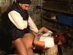 Bizarre psychopaat pompt zijn enorme snikkel in meisje haar kontgaatje