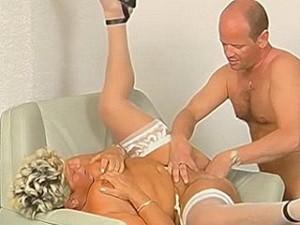 Nep dokter vuistneukt oude dame haar muts