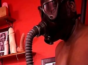 Breathplay en gasmasker training door strenge herrin