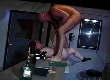 Op de bar word sex dwergin geneukt