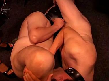Gedwongen biseks training in opdracht van meedogenloze domina